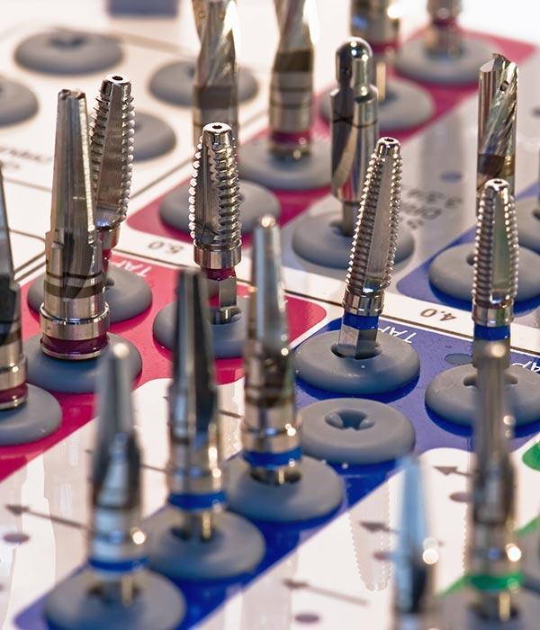 Diferentes tamaños de implantes dentales